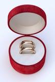 Ζεύγος των χρυσών γαμήλιων δαχτυλιδιών στο άσπρο κιβώτιο κοσμήματος Στοκ Φωτογραφία