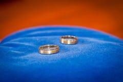 Ζεύγος των χρυσών γαμήλιων δαχτυλιδιών στο μπλε Στοκ εικόνα με δικαίωμα ελεύθερης χρήσης