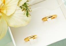 Ζεύγος των χρυσών γαμήλιων δαχτυλιδιών Στοκ φωτογραφίες με δικαίωμα ελεύθερης χρήσης
