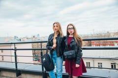 Ζεύγος των όμορφων γυναικών μαζί στη εικονική παράσταση πόλης Δύο χαρούμενα όμορφα κορίτσια στη στέγη όμορφη όψη πόλεων Στοκ Εικόνες