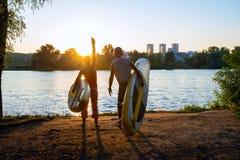 Ζεύγος των surfers γουλιάς στο ηλιοβασίλεμα Στοκ εικόνα με δικαίωμα ελεύθερης χρήσης