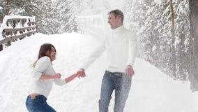 Ζεύγος χειμερινής διασκέδασης εύθυμο μαζί κατά τη διάρκεια των διακοπών χειμερινών διακοπών έξω στο δάσος χιονιού απόθεμα βίντεο