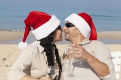 Ζεύγος Χριστουγέννων σε μια παραλία Στοκ Φωτογραφίες