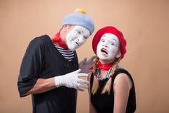 Ζεύγος δύο αστείων mimes που απομονώνονται στο υπόβαθρο Στοκ φωτογραφία με δικαίωμα ελεύθερης χρήσης