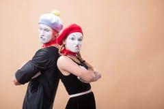 Ζεύγος δύο αστείων mimes που απομονώνονται στο υπόβαθρο Στοκ Φωτογραφίες