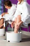 ζεύγος footbath που έχει το ύδωρ υδροθεραπείας Στοκ Εικόνα