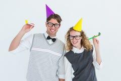 Ζεύγος Geeky με το καπέλο κομμάτων και το κέρατο κομμάτων Στοκ Εικόνα
