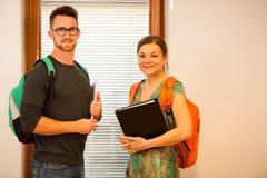 Ζεύγος Grownup που αντιπροσωπεύει τη δια βίου μάθηση Ζεύγος με το schoo στοκ εικόνα