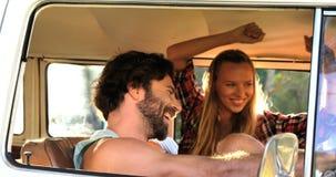 Ζεύγος Hipster που χορεύει στο φορτηγό φιλμ μικρού μήκους