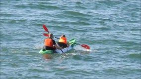 Ζεύγος Kayaking φιλμ μικρού μήκους