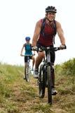 Ζεύγος Mountainbike υπαίθρια στοκ εικόνες
