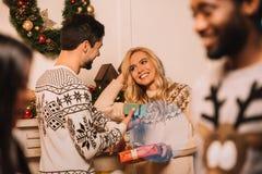 Ζεύγος Multiethnic που ανταλλάσσει τα δώρα Χριστουγέννων Στοκ φωτογραφία με δικαίωμα ελεύθερης χρήσης