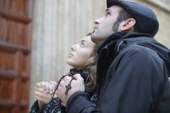 Ζεύγος Oung που προσεύχεται στο Θεό που χρησιμοποιεί τις χάντρες προσευχής Στοκ φωτογραφία με δικαίωμα ελεύθερης χρήσης
