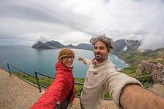 Ζεύγος selfie στο σημείο ακρωτηρίων, εθνικό πάρκο επιτραπέζιων βουνών, φυσικός προορισμός ταξιδιού στη Νότια Αφρική Άποψη Fisheye στοκ εικόνες