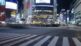 Ζεύγος Timelapse που στέκεται στο πέρασμα Shibuya και την οδική κυκλοφορία, Τόκιο, Ιαπωνία απόθεμα βίντεο