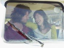 Ζεύγος Van During στο οδικό ταξίδι στοκ φωτογραφία με δικαίωμα ελεύθερης χρήσης