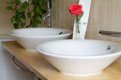 Ζεύγος washbasin άσπρο σε κεραμικό στο λουτρό χωρών Στοκ εικόνες με δικαίωμα ελεύθερης χρήσης