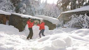 Ζεύγους γύρω στο χειμερινό βουνό κατωφλιών κατοικεί στον ήλιο πρωινού Το ζεύγος ρίχνει το χιόνι στον ουρανό απόθεμα βίντεο