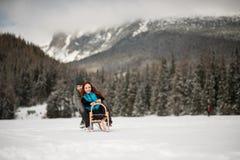 Ζεύγους στα χιονώδη βουνά Στοκ φωτογραφία με δικαίωμα ελεύθερης χρήσης