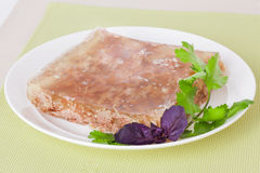 Ζελατίνα σε ένα πιάτο με το βασιλικό Στοκ Φωτογραφίες