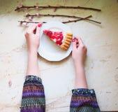 Ζελατίνα fruitcake στον πίνακα στοκ εικόνα