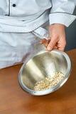 Ζελατίνη μαγείρων σε ένα σύνολο κύπελλων των συνταγών για την κατανάλωση της ζελατίνας με το κοτόπουλο Στοκ εικόνα με δικαίωμα ελεύθερης χρήσης
