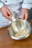 Ζελατίνη μαγείρων σε ένα σύνολο κύπελλων των συνταγών για την κατανάλωση της ζελατίνας με το κοτόπουλο Στοκ Φωτογραφίες