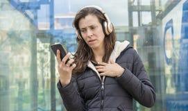 Ζηλοτυπία και υποψία στο τηλέφωνο κυττάρων, προβλήματα ζευγών, ενήλικα στοκ εικόνα με δικαίωμα ελεύθερης χρήσης