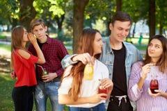 Ζηλοτυπία και φθόνος σε σχέση φίλων στοκ φωτογραφίες