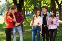 Ζηλοτυπία και φθόνος σε σχέση φίλων στοκ φωτογραφία με δικαίωμα ελεύθερης χρήσης