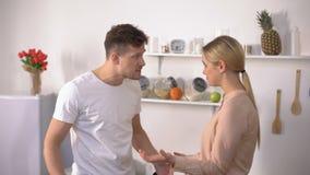 Ζηλότυπος σύζυγος που μαλώνει με τη νέα όμορφη σύζυγο, εσωτερική τυραννία, διαζύγιο απόθεμα βίντεο