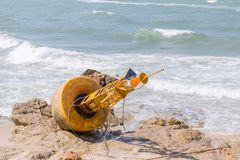 Ζημίας σημαντήρας θάλασσας που εγκαταλείπεται αχρησιμοποίητος στοκ εικόνες