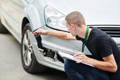 Ζημία αυτοκινήτων καταγραφής ασφαλιστικών πρακτόρων στη μορφή αξίωσης στοκ εικόνα