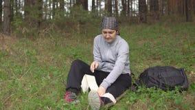 Ζημία στη φύση Μια νέα γυναίκα δίνεται τις πρώτες βοήθειες φιλμ μικρού μήκους