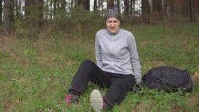Ζημία στη φύση Μια νέα γυναίκα δίνεται τις πρώτες βοήθειες απόθεμα βίντεο