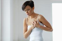 Ζητήματα υγείας Όμορφη γυναίκα που αισθάνεται τον ισχυρό πόνο στο στήθος Στοκ Φωτογραφίες
