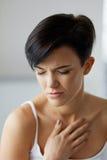 Ζητήματα υγείας Όμορφη γυναίκα που αισθάνεται τον ισχυρό πόνο στο στήθος Στοκ εικόνες με δικαίωμα ελεύθερης χρήσης