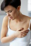Ζητήματα υγείας Όμορφη γυναίκα που αισθάνεται τον ισχυρό πόνο στο στήθος Στοκ Εικόνα