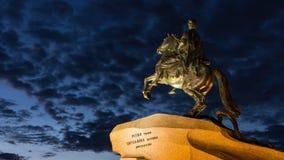 (ζουμ) άγαλμα του Μέγας Πέτρου τη νύχτα απόθεμα βίντεο