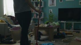 Ζουμ από τη γυναίκα που συγκλονίζεται από το βρώμικο δωμάτιο μετά από το κόμμα απόθεμα βίντεο