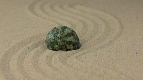 Ζουμ ενός όμορφου θαλασσινού κοχυλιού που βρίσκεται σε μια καμπύλη φιαγμένη από άμμο απόθεμα βίντεο