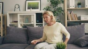 Ζουμ μέσαης της ανώτερης γυναίκας που εκφράζει τις αρνητικές συγκινήσεις κατά τη διάρκεια της θεραπείας απόθεμα βίντεο