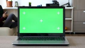 Ζουμ μέσα σε ένα σημειωματάριο με την απομονωμένη πράσινη οθόνη και τους δείκτες για την καταδίωξη απόθεμα βίντεο