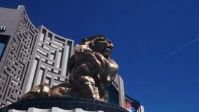 Ζουμ που πυροβολείται αιφνιδιαστικό του λιονταριού έξω από το μεγάλο MGM φιλμ μικρού μήκους
