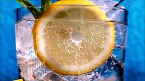 Ζουμ στη βότκα και σόδα με τη φέτα του κίτρινου λεμονιού φιλμ μικρού μήκους