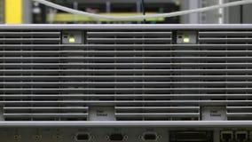 Ζουμ στη σχάρα ανεμιστήρων στο δωμάτιο κεντρικών υπολογιστών φιλμ μικρού μήκους