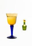 Ζουμ στο γυαλί ουίσκυ με το πράσινο μπουκάλι ουίσκυ θαμπάδων Στοκ εικόνα με δικαίωμα ελεύθερης χρήσης