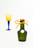 Ζουμ στο πράσινο μπουκάλι ουίσκυ με το γυαλί θαμπάδων που απομονώνεται στο άσπρο υπόβαθρο Στοκ εικόνες με δικαίωμα ελεύθερης χρήσης