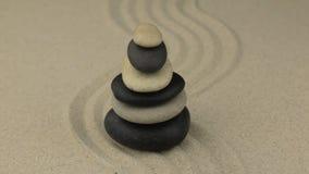 ζουμ Όμορφη πυραμίδα φιαγμένη από πέτρες, που στέκονται στο τρέκλισμα άμμου απόθεμα βίντεο