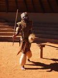 Ζουλού άτομο που απεικονίζει τον πολεμιστή 18 Απριλίου 2014 Κουά Ζούλου Νατάλ, νότος στοκ εικόνες